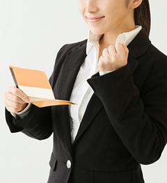 通帳を見る女性