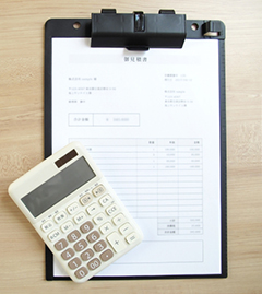 書類と電卓